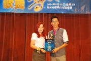 <h5>愛國文化保育協會理事長鄧名殷小姐 (左) 向廖志強先生 (右) 頒發感謝狀</h5>