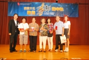 <h5>愛國文化保育協會理事長鄧名殷小姐 (右)、副會長李柏成博士 (左)與一眾抽獎得獎者合照</h5>