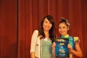 <h5>愛國文化保育協會秘書長張可仁小姐 (左) 向鄧思寧小朋友 (右) 頒發感謝狀</h5>