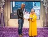 <h5>香港玄奘研究中心會長釋圓明法師(右)向表演嘉賓李子雄先生(左)頒發感謝狀</h5>