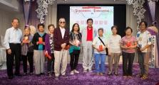 <h5>表演嘉賓胡楓先生(中)和一群中獎的幸運兒</h5>