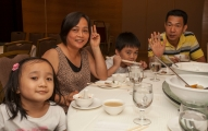 <h5>參加的家庭快樂地享受著午餐</h5>