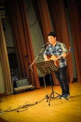<h5>陳曉峰先生自彈自唱時代曲表演</h5>