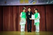 <h5>愛國文化保育協會副會長李柏成先生 (中) 向彩蝶舞藝坊  頒發感謝狀</h5>