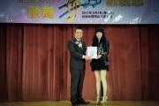 <h5>愛國文化保育協會創會榮譽會長陳裕丰教授 (左) 向時代曲表演者楊小娟小姐 (右)頒發感謝狀</h5>