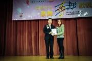 <h5>愛國文化保育協會理事長鄧名殷小姐 (右) 向協辦單位姿采藝苑頒發感謝狀</h5>