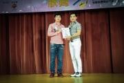 <h5>愛國文化保育協會會長鄧國鵬先生 (右) 向贊助單位保秀麗頒發感謝狀</h5>