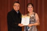 <h5>愛國文化保育協會創會榮譽會長陳裕丰教授(左)向節目統籌吳劍玲小姐(右)頒發感謝狀</h5>