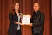 <h5>愛國文化保育協會理事長鄧名殷小姐(左)向示範拍打健身功的陳師傅頒發感謝狀</h5>