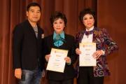 <h5>愛國文化保育協會會長鄧國鵬先生(左)向2位粵曲表演者頒發感謝狀</h5>
